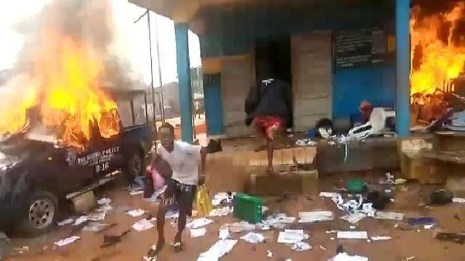 PROTESTI PROTIV POLICIJSKE BRUTALNOSTI: Blizu 2.000 zatvorenika pobjeglo u napadima na dva zatvora u Nigeriji!
