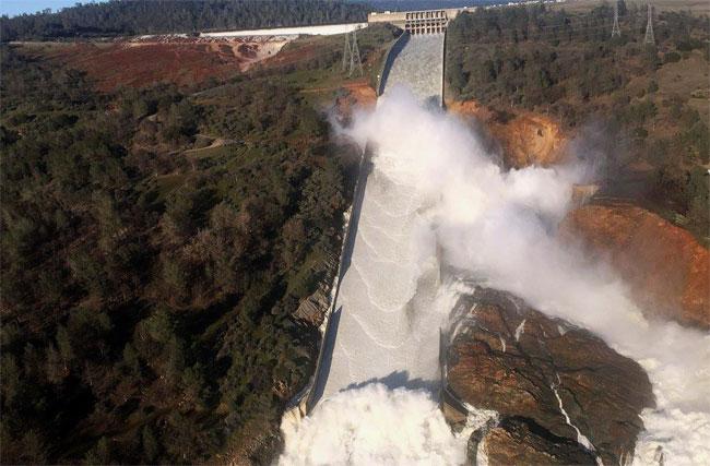 САД: Евакуисано 200.000 људи због страха од попуштања бране