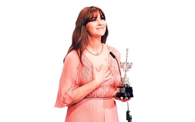 Međunarodni filmski festivali  - Page 9 Monika-Beluci-sa-nagradom-Donostia--2