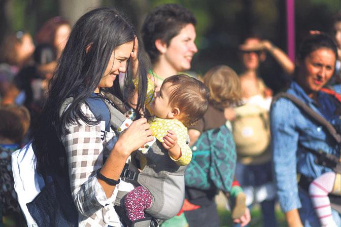 Србија уводи сурогат-мајкe