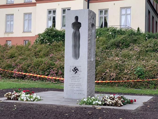 NA GODIŠNJICU STRAVIČNOG ZLOČINA: Spomenik Brejvikovim žrtvama u Norveškoj išaran kukastim krstom