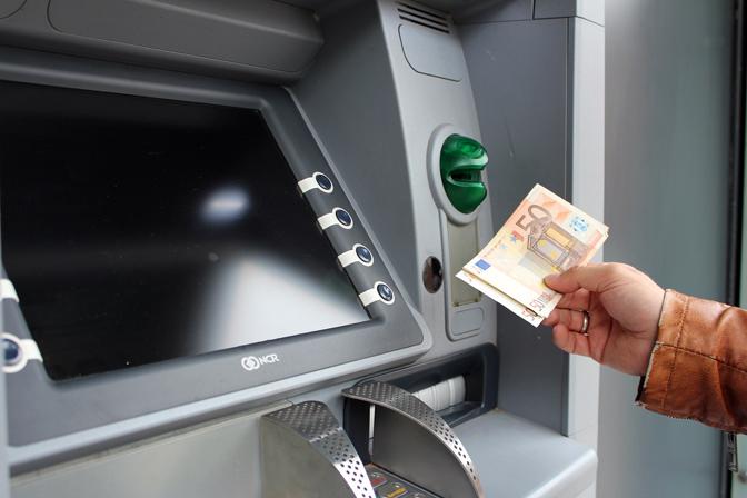 Koji bankomati u Srbiji su najpovoljniji, a koje bi trebalo izbegavati 22440
