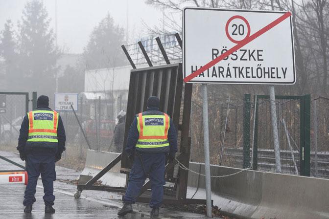 Migranti probili ogradu na Horgošu: Mađari zapucali na granici sa Srbijom!
