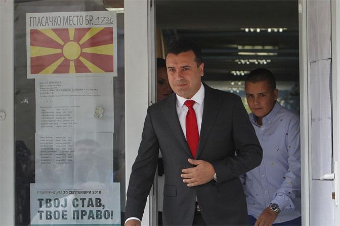 Makedonski premijer Zoran Zaev u pratnji svog sina glasao je na referendumu (Foto Beta/AP)